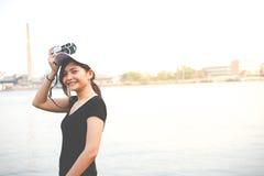 Mujer del inconformista que toma las fotos con la cámara retra de la película, muchacha Adventu Fotografía de archivo