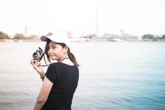 Mujer del inconformista que toma las fotos con la cámara retra de la película, muchacha Adventu Foto de archivo