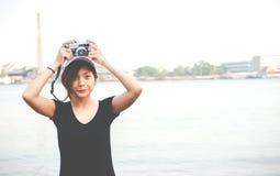 Mujer del inconformista que toma las fotos con la cámara retra de la película, muchacha Adventu Fotos de archivo libres de regalías
