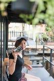 Mujer del inconformista que toma las fotos con la cámara retra de la película, muchacha Adventu Imagenes de archivo