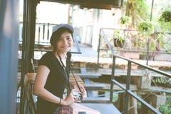 Mujer del inconformista que toma las fotos con la cámara retra de la película, muchacha Adventu Imagen de archivo