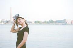 Mujer del inconformista que toma las fotos con la cámara retra de la película, muchacha Adventu Fotos de archivo