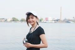 Mujer del inconformista que toma las fotos con la cámara retra de la película, muchacha Adventu Foto de archivo libre de regalías