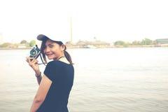 Mujer del inconformista que toma las fotos con la cámara retra de la película, muchacha Adventu Fotografía de archivo libre de regalías
