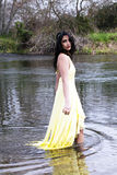 Mujer del indio del este de los jóvenes que se coloca en el río Fotografía de archivo libre de regalías