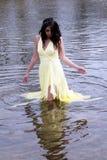 Mujer del indio del este de los jóvenes que se coloca en el río Fotografía de archivo