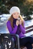 Mujer del invierno con café caliente Imagen de archivo