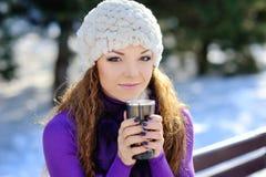 Mujer del invierno con café caliente Imagenes de archivo