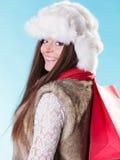 Mujer del invierno con el panier de papel rojo Fotos de archivo libres de regalías