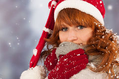 Mujer del invierno con el sombrero de Santa Claus en nieve Imágenes de archivo libres de regalías