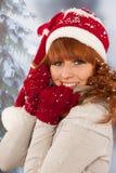 Mujer del invierno con el sombrero de Santa Claus en nieve Fotos de archivo libres de regalías