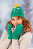 Mujer del invierno con el sombrero del árbol de navidad Foto de archivo