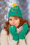 Mujer del invierno con el sombrero del árbol de navidad Imagenes de archivo