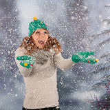 Mujer del invierno con el sombrero del árbol de navidad en nieve Fotografía de archivo libre de regalías