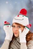 Mujer del invierno con el sombrero del muñeco de nieve Imagen de archivo