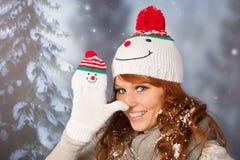 Mujer del invierno con el sombrero del muñeco de nieve Fotografía de archivo