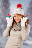 Mujer del invierno con el sombrero del muñeco de nieve Imagenes de archivo