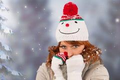 Mujer del invierno con el sombrero del muñeco de nieve Foto de archivo