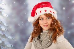 Mujer del invierno con el sombrero Santa Claus Imagen de archivo