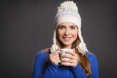 Mujer del invierno con la taza de té Foto de archivo
