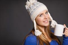 Mujer del invierno con la taza de té Imágenes de archivo libres de regalías