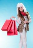Mujer del invierno con los panieres de papel rojos Foto de archivo libre de regalías