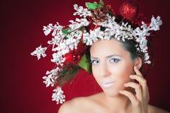 Mujer del invierno de la Navidad con el peinado y el maquillaje, modelo del árbol de moda foto de archivo libre de regalías