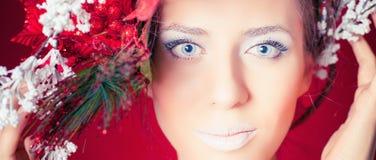 Mujer del invierno de la Navidad con el peinado y el maquillaje, modelo del árbol de moda imagen de archivo