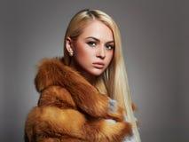 Mujer del invierno en abrigo de pieles de lujo Modelo de moda de la belleza Girl imágenes de archivo libres de regalías