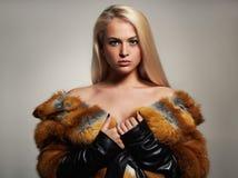 Mujer del invierno en abrigo de pieles de lujo Modelo de moda de la belleza Girl foto de archivo