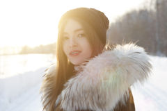 Mujer del invierno en día de invierno frío que nieva Imagen de archivo libre de regalías