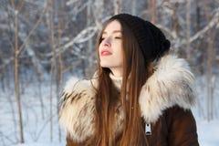 Mujer del invierno en día de invierno frío que nieva Foto de archivo