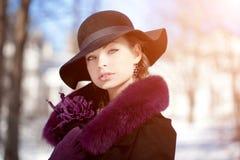 Mujer del invierno en el fondo del paisaje del invierno, sol Gir de la moda Foto de archivo libre de regalías