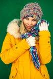 Mujer del invierno en forma de vida al aire libre de la ropa de moda del sombrero que hace punto y de la bufanda Fotos de archivo
