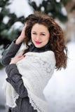Mujer del invierno en la nieve que mira el espacio de la copia afuera Foto de archivo