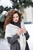 Mujer del invierno en la nieve que mira para arriba Imagen de archivo