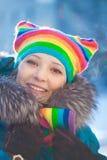 Mujer del invierno en sombrero del arco iris Imagen de archivo libre de regalías