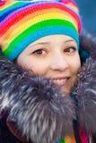 Mujer del invierno en sombrero del arco iris Imágenes de archivo libres de regalías