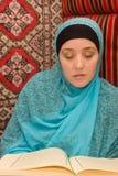 Mujer del Islam con Quran foto de archivo