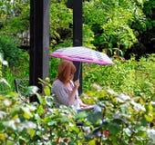 Mujer del jardín del parasol Foto de archivo libre de regalías