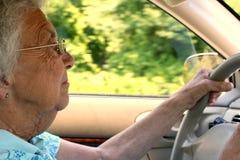 Mujer del jubilado que conduce en perfil Foto de archivo libre de regalías