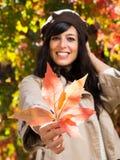 Mujer del leafand del otoño Fotografía de archivo libre de regalías