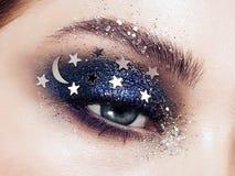 Mujer del maquillaje del ojo con las estrellas decorativas foto de archivo libre de regalías