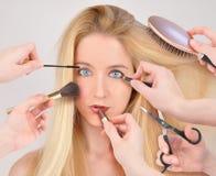 Mujer del maquillaje que consigue el cambio de imagen Imagen de archivo