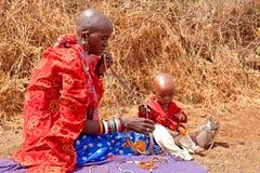 Mujer del Masai con el niño Imagen de archivo libre de regalías