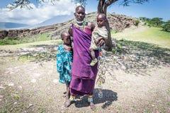 Mujer del Masai con sus niños Fotos de archivo