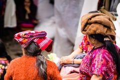 Mujer del maya en mercado en el chichicastenango - Guatemala fotografía de archivo libre de regalías