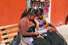 Mujer del maya que se sienta en un banco en el mercado Foto de archivo