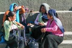 Mujer del maya que se sienta y que discute en el mercado Foto de archivo libre de regalías