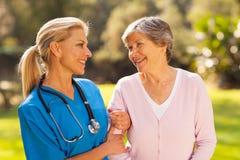 Mujer del mayor de la enfermera Fotos de archivo